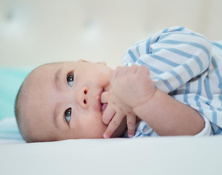 寝返りを始めた赤ちゃんにも使えるバスチェアって?