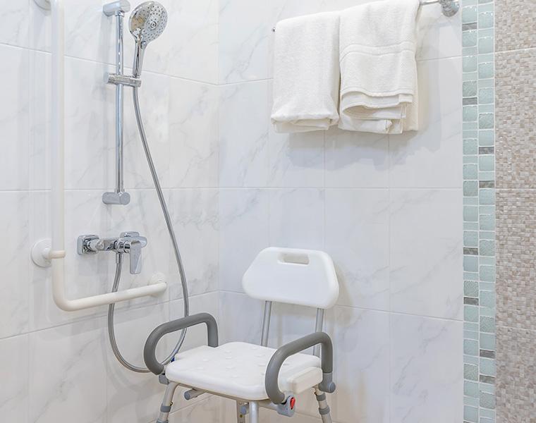シャワーチェアの「背付き折りたたみ」はこんなに便利